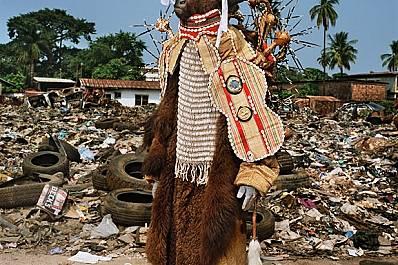 """Сиера Леоне По време на фестивалните дни във Фритаун социалните клубове излизат на парад по улиците, водени от традиционен """"дявол&..."""