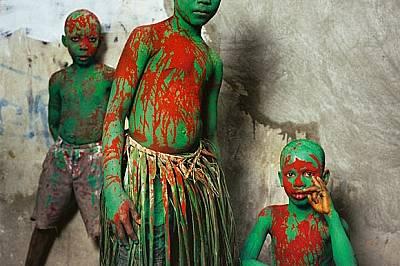 Хаити Не всички маскаради изискват маски или се случват в Африка. За карнавала в гр. Жакмел три момчета се превръщат в Па Уоуо (боядисани с...