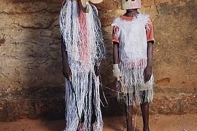 Буркина ФасоСлон и прилеп позират на карнавала Додо в Буркина Фасо - събитие, на което децата надяват маски, пеят и танцуват под пълната лу...