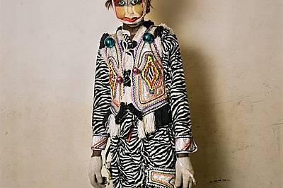 Гана В град Уинеба един каубой е едновременно пазител и модна икона. Като участник във Фестивала на облеклото (датиращ отпреди век и провеж...