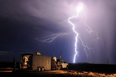 Мълния облак-земя раздира небето край Лос Лунас в Ню Мексико. Тим Самарас и екипът му преследваха бавната буря до края на пътя и сега единс...