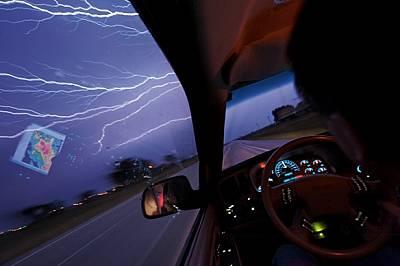 Направляван от метеорологичната карта на екрана на лаптопа, отразен в стъклото, Тим Самарас бърза да настигне затихваща гръмотевична буря....