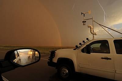 Докато чака вълната гръмотевични бури да се оформи покрай Фронт Рейндж в Колорадо, Самарас подготвя 725-килограмовата камера, която е нарек...