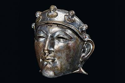 Откритата в Холандия желязна маска, покрита с бронз и сребро, се закачала с шарнири за шлема на кавалерист и била носена на паради, а може...