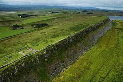 Адриановият вал, Англия Варварите вероятно са се взирали нагоре към този участък, който минава по ръба на скалите край северното градче Уанс...