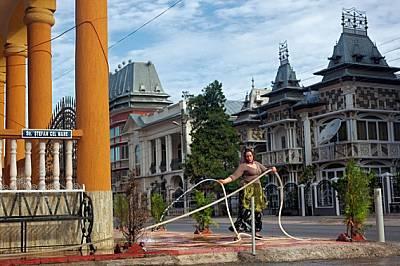 Фантасмагория от стилове - от вила, през крепост, до замък - се издига край главната улица на Бузеску с население 5000 души. Мъжете често с...
