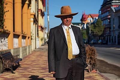 Захария Буреата посреща великденското утро със златотъкана вратовръзка, на която са написани името му и марката на колата му - хъмър. И дру...