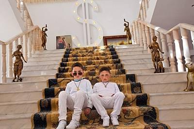 Близнаците Гелу и Еди Петраче на 6 г. очакват да започнат великденските празненства. Те живеят в една от над стоте екстравагантни къщи, изд...
