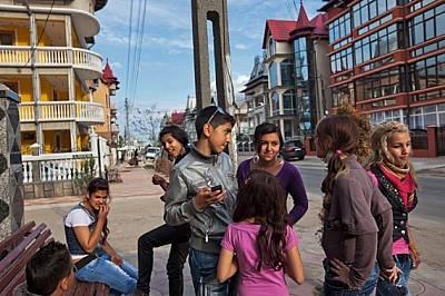 Издокарани ромски тийнейджъри се събират на главната улица на градчето. Има шанс някои от тях да завършат гимназия. Училището не е прирорит...