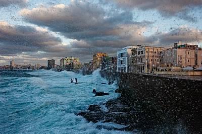 Вековната стена на Малекон, прочутия крайбрежен булевард на Хавана, почти успява да опази града от талазите на бушуващото море. През по-спо...