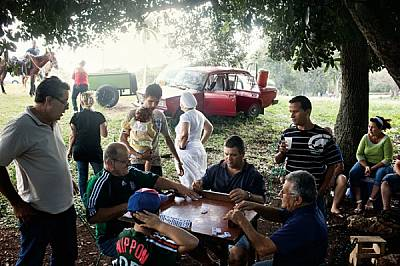 """Характерните белези на изконен кубински пикник в хаванския парк """"Ленин"""": потракването на доминото, последователката на с..."""