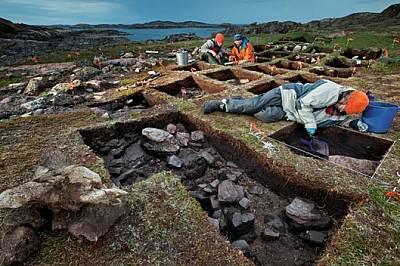 Археоложката Патриша Съдърленд (с оранжево яке) и нейните колеги смятат, че разкопават викингски аванпост в Танфилд Вали на остров Бафин, к...