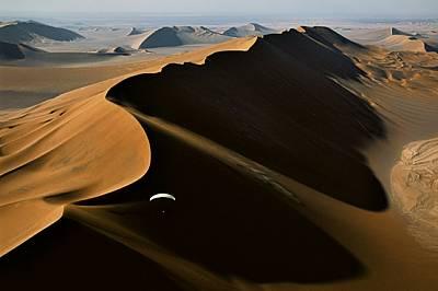 Дащ е Лут • Иран Ален Арну пилотира моторизирания си парапланер в капризните ветрове над една огромна дюна в дивата пустош на обши...