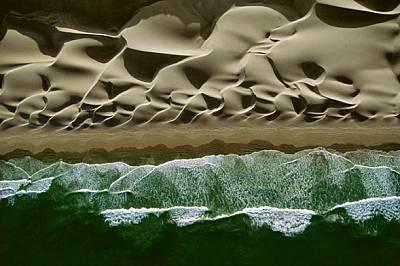 Тихоокеанското крайбрежие • ПеруСилни южни ветрове оформят верига от дюни на отдалечен плаж в Централно Перу. Океанските вълни дос...