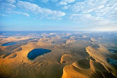Бадаин Джаран • Китай Невероятни, блестящи като бижута езера са сгушени сред 300-метровите звездовидни дюни в пустиня, където живе...