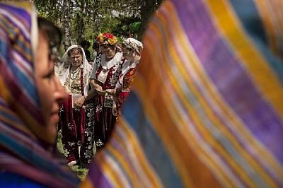 На алианския празник Хъдрелез жените, облечени в традиционни за общността носии и събрани в кръг, извършват ритуални наричания чрез старинн...