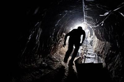 Работник излиза от един от стотиците контрабандни тунели, свързващи ивицата Газа и Египет.