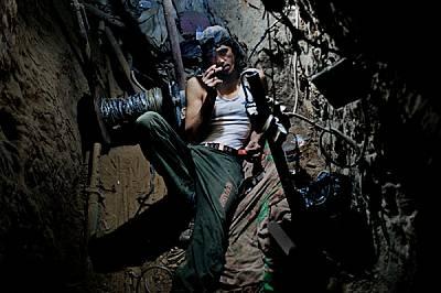 Този студент от университета в Газа работи в тунел, пренасяйки стоки, за да спечели пари за образование. Мнозина работят на 12-часови смени...