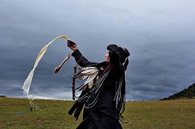 Млада шаманка възлива мляко на духовете по време на инициацията си край монголската столица Улан Батор.