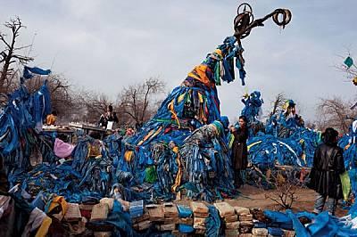"""Символ на вечността, това """"дърво майка"""", бор в Северна Монголия, привлича поклонници от цялата страна. Поддало е под те..."""