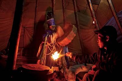Нощем в своята шатра ортз Денем Саин Цецег (Добро Цвете) от етноса цаатан бие барабана, за да изпадне в транс, докато помощник гори хвойнов...