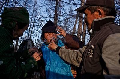Помощник държи горяща клонка край дархадския шаман Нергуи, за да му помогне да излезе от транса. Много дархади, които живеят в Северна Монго...