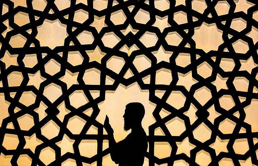 Палестинец се моли в Голямата джамия в Газа по време на Рамазана Снимка:Ali Jadallah, Anadolu Agency/Getty