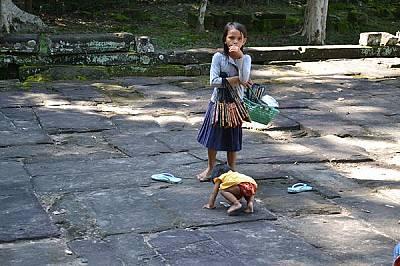 Често срещана гледка – малки деца продават сувенири.