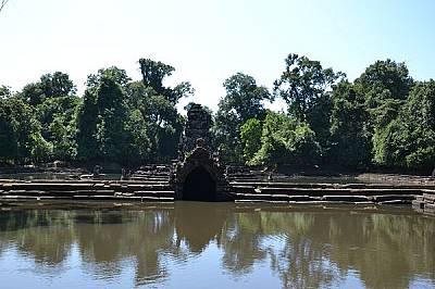 Храмът Неак Пеан е построен върху изкуствено създаден остров.