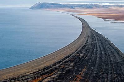 Бариерен бряг от морски чакъл се простира към самотния нос Блосъм в югозападния край на о-в Врангел. Континентален Сибир отстои 141 км на юг.