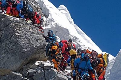 """На 19 май 2012 г. натоварен трафик е задръстил """"Стъпалото на Хилари"""". Някои алпинисти прекараха до два часа на тази 12-метрова скал..."""