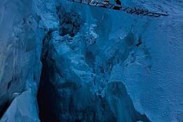 Хилари О'Нийл, която е член на екипа, прекосява мост от алуминиеви стълби, свързани над цепнатина в ледопада Кхумбу. Смятан за една от най-неп...