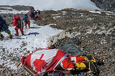Алпинисти подминават тялото на 33-годишната канадка от непалски произход Шрия Шах-Клорфайн, загинала на 19 май. Тя колабирала, докато слизала от върха...