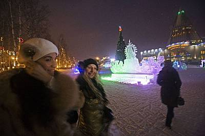 Блясъкът на ледените скулптури осветява дългата сибирска зима в Ханти-Мансийск - възродената столица на най-богатата нефтена област в Русия.