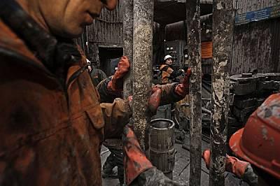 Окаляни и премръзнали нефтени работници сменят сондажна тръба. Петролната индустрия на Русия се разраства вече почти десетилетие, стимулирана от повиш...