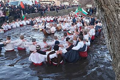Калофер спази традицията: леденото хоро се изви в Тунджа