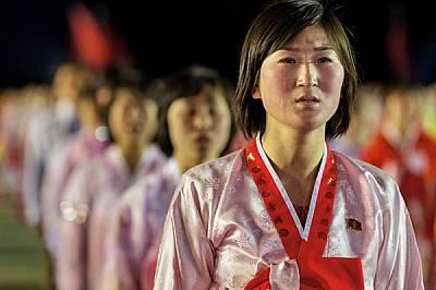Певица плаче, след като е изпълнила песен в чест на новия лидер Ким Чен Ун по време на митинг в Пхенян през 2012 г. Само хора, смятани за лоялни, мога...