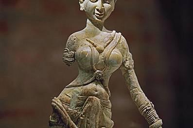 Статуетка от слонова кост, вис. 45,6 см I в. сл.Хр.Извиващата се статуетка от слонова кост прилича на индийската речна богиня Ганга. В Беграм са откри...