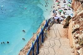 Порто Кацики е най-известният плаж на Лефкада. Тясната му ивица пясък е разположена под високи бели скали, а искрящият тюркоазен цвят на водата е най-...