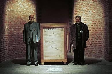 """Длъжностни лица от Кабул охраняват каса с артефакти, изложени в Париж, Торино и Амстердам, преди да се отправят към музеите в САЩ. """"Това са..."""