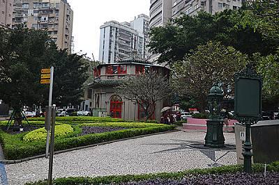 Макао е бивша португалска колония и е богат на забележителности от колониалната епоха. Множество малки паркове и градини са разпръснати по цялата му п...