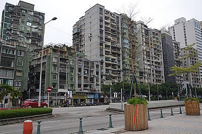 Модерните офис сгради и луксозни молове граничат с бедните квартали на града, силно застроени с панелни блокове.