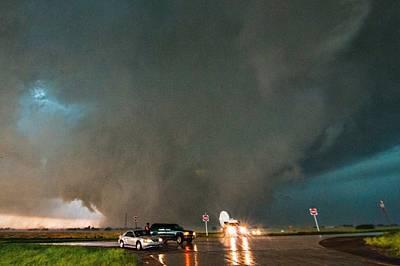 18,26 ч, 31 май 2013 г., Ел Рино, ОклахомаСпасявайки се от кипналото непредсказуемо торнадо, изненадало наблюдателите, изследователски камион с бял ра...