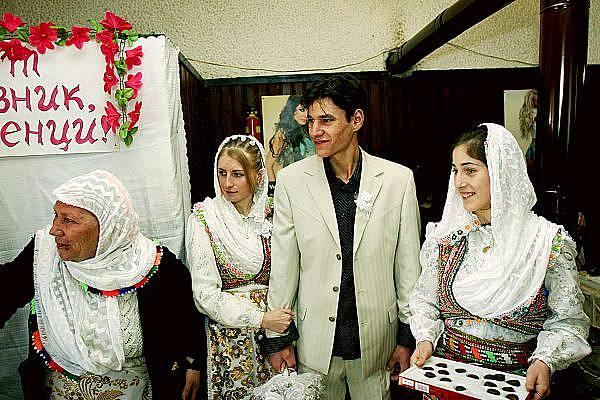 Младоженците посрещат гости.
