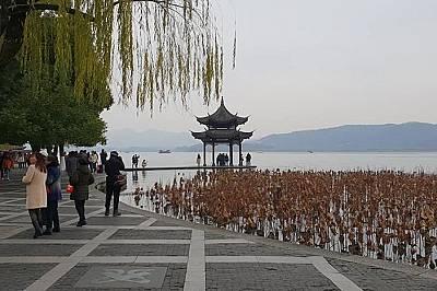 Ханджоу – свещеното и сме истински щастливци, че е зима, работен ден и почти никакви туристи не се забелязват.