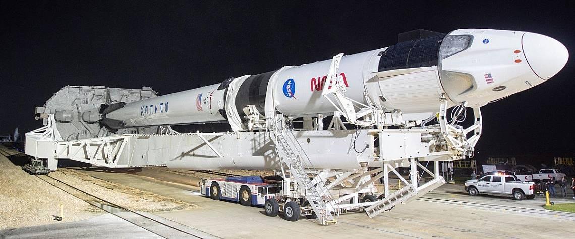 Ракета Falcon 9 с космическия кораб на компанията Crew Dragon на борда по време на подготовката за мисията Crew-1 в космическия център на Кенеди.