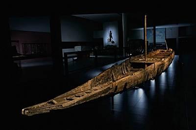 Построената за речна търговия през I в. сл.Хр. 31-метрова римска баржа беше вдигната от дъното на р. Рона в Арл, Франция, през 2011 г. Буквално непокъ...