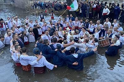 Калоферци влязоха в Тунджа, хванати на мъжко хоро