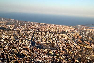 Още преди да кацнем, средиземноморската красота на Валенсия се разкрива пред очите ни - петото най-заето пристанище в Европа е симетрично планирано и...