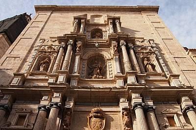 Градът е красива смесица от много различни архитектурни стилове: романската, готическа и мавърска архитектура обаче като че ли отстъпват пред изобилие...